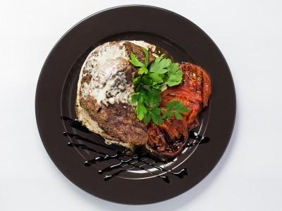 Бифштекс из телятины с сыром и грибами